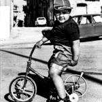 bimbo con triciclo anni 80